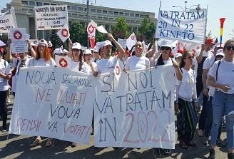 Mii de oameni din sistemul sanitar protesteaza in fata Guvernului