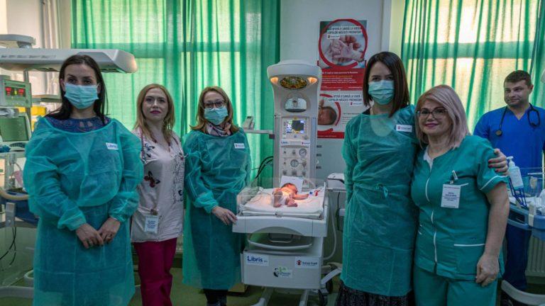 Salvați Copiii duce la Zalău aparatură medicală necesară supraviețuirii prematurilor