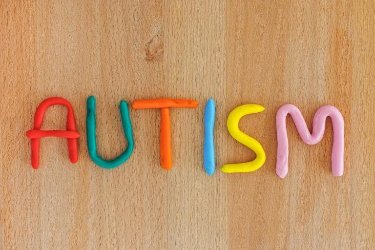 Circa jumatate dintre parinţii copiilor cu autism aşteapta cel puţin un an şi jumatate inainte sa primeasca un diagnostic oficial – sondaj