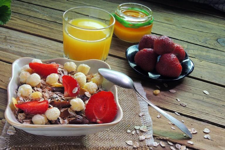 VIDEO – Cât de sănătoase sunt sucurile de fructe? Interviu cu Dr. Alina Lăcătuș