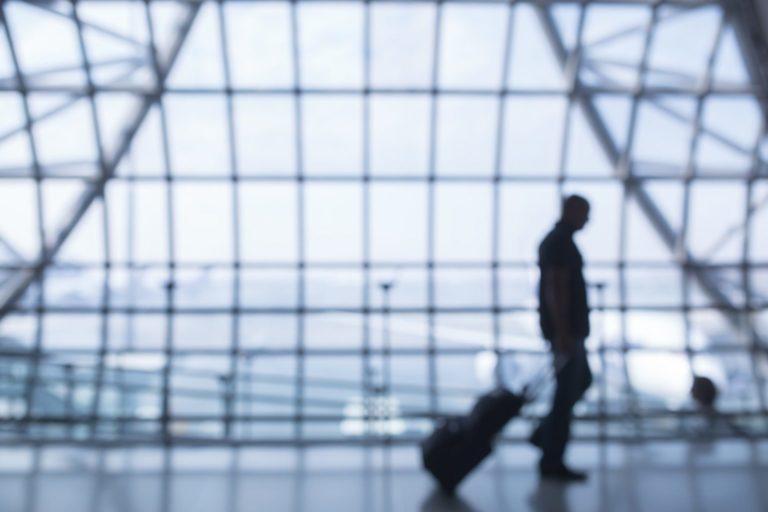 Masca și distanța fizică vor fi obligatorii pe Aeroportul Otopeni din 15 mai