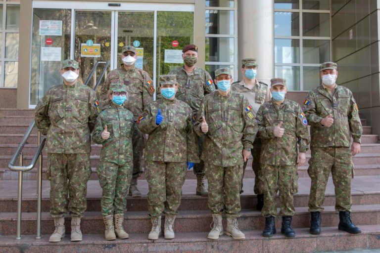 Opt medici români participă la misiunea umanitară de luptă împotriva COVID-19, în Republica Moldova