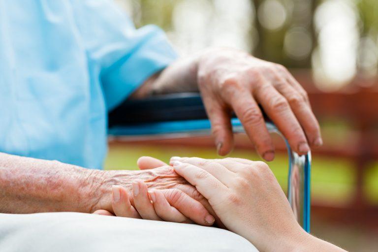 Numărul persoanelor afectate de demenţă va creşte cu 40%  până în 2030, avertizează OMS