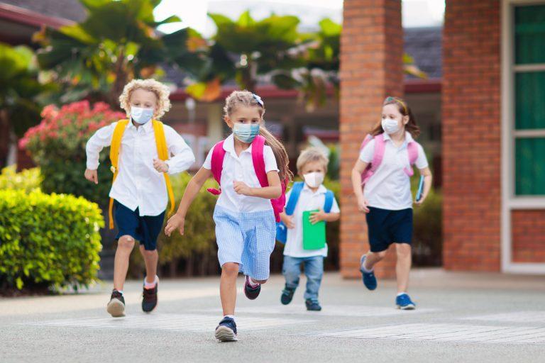 Specialiști: Copiii, mai vulnerabili la noile tulpini ale virusului SARS-CoV-2