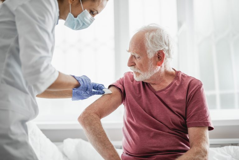 Vaccinul AstraZeneca, recomandat a fi rezervat pentru persoanele de peste 55 de ani, în Franța
