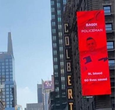 Un tânăr român donator de sânge, pe unul dintre panourile publicitare din New York