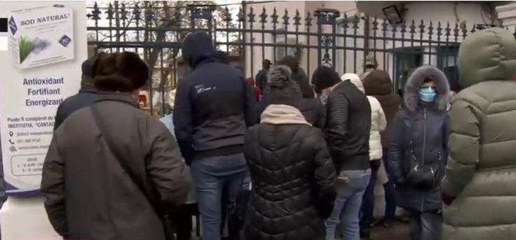 Zeci de oameni la coadă, la Institutul Cantacuzino, pentru a cumpăra noul supliment OROSTIM-HV