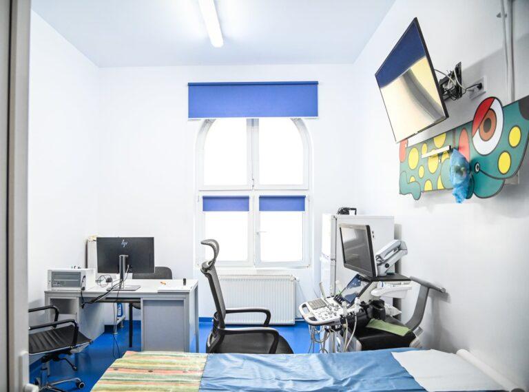 Roboți care dezinfectează saloanele pacienților infectați cu coronavirus în șapte spitale din Româniana