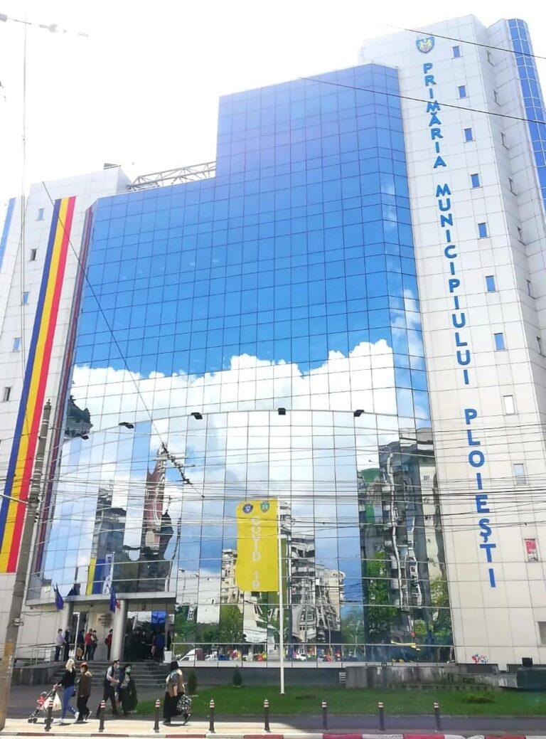 Primăria Ploieşti a arborat un steag ce indică scenariul în care se află oraşul, după rata de infectare